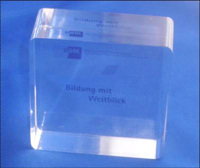acryl-glas-briefbeschwerer Tombstone mit einen individuellen und kundenapezifischen Einleger gestaltet als Werbeartikel, Werbemittel und Werbegeschenk